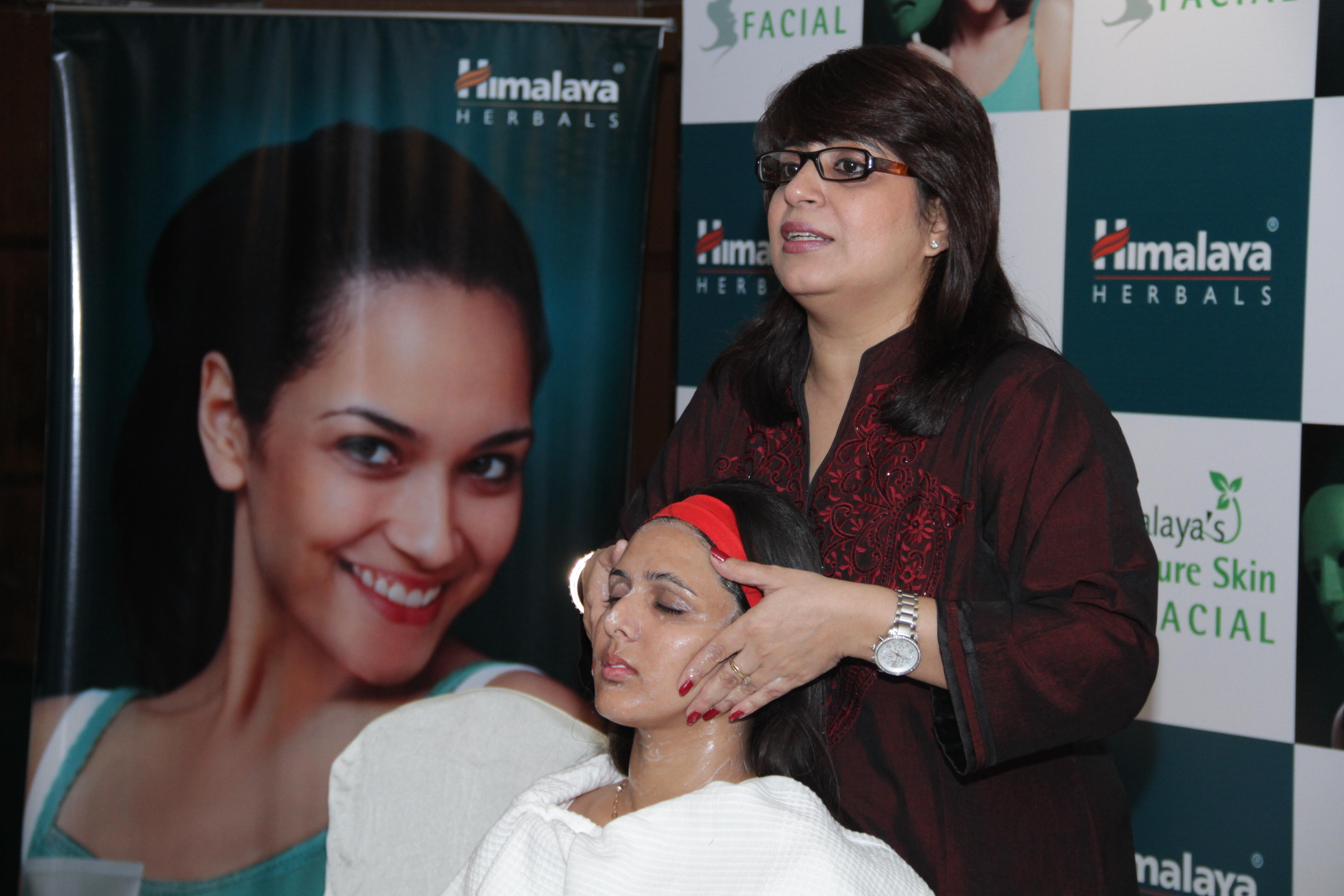 Dr. Rajeeka Kacheria giving final touches of Cleansing, Toning and Moisturizing (CTM) tips on a participant of the session