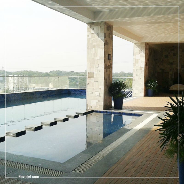 Novotel Ahmedabad: Open air swimming pool
